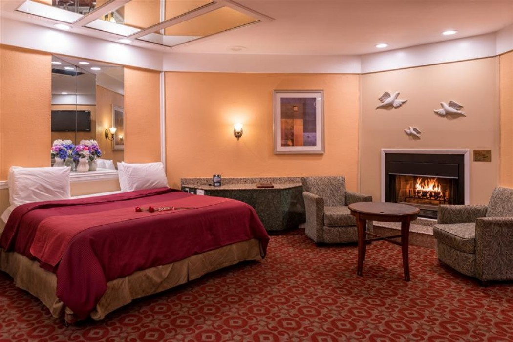 Deluxe Romantic Suite With Hot Tub And Fireplace