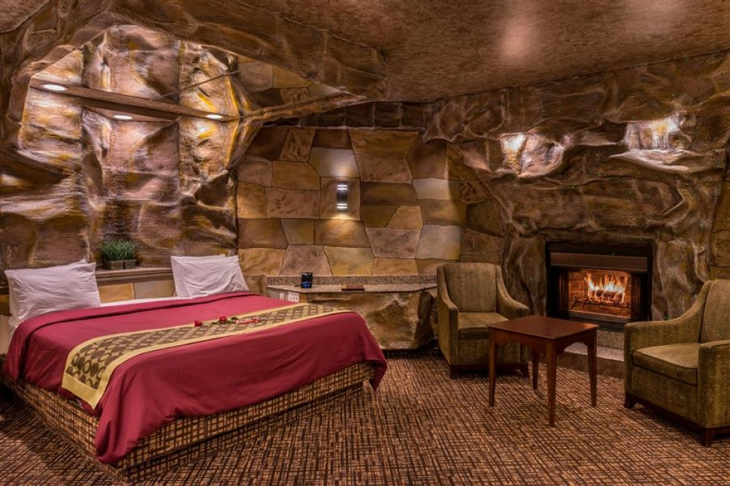 Cave Theme Suite With Hot Tub And Fireplace