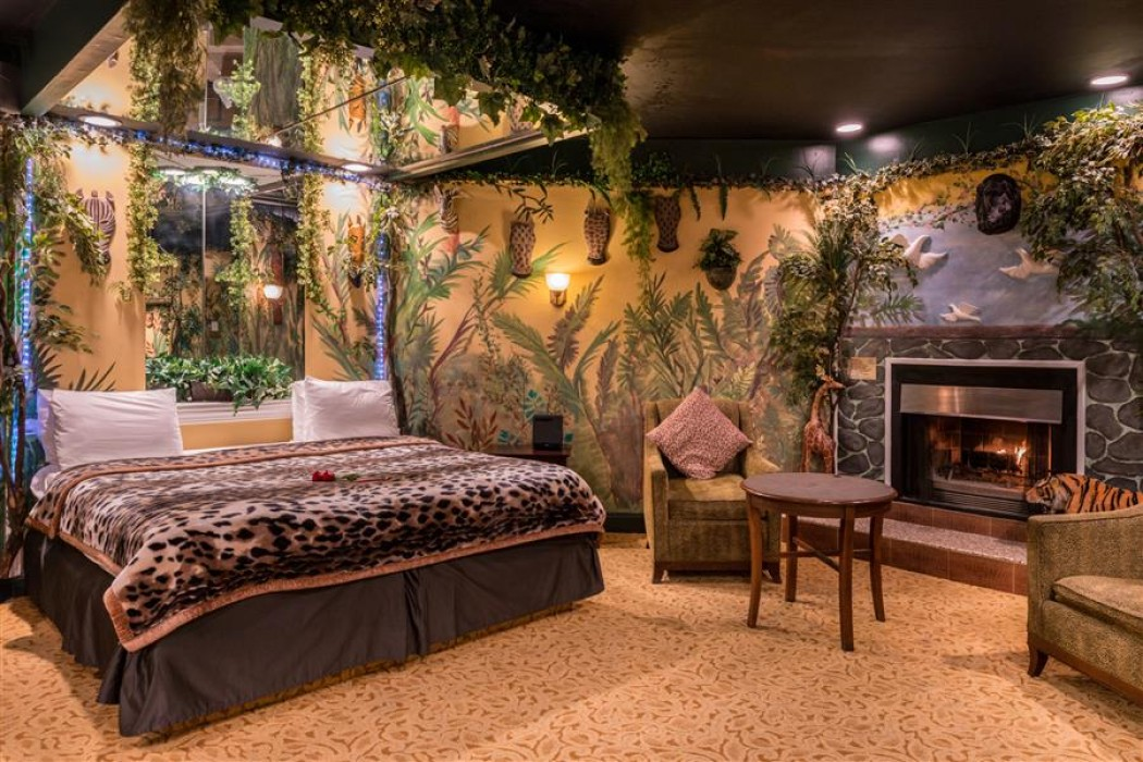Jungle Theme Suite With Hot Tub And Fireplace